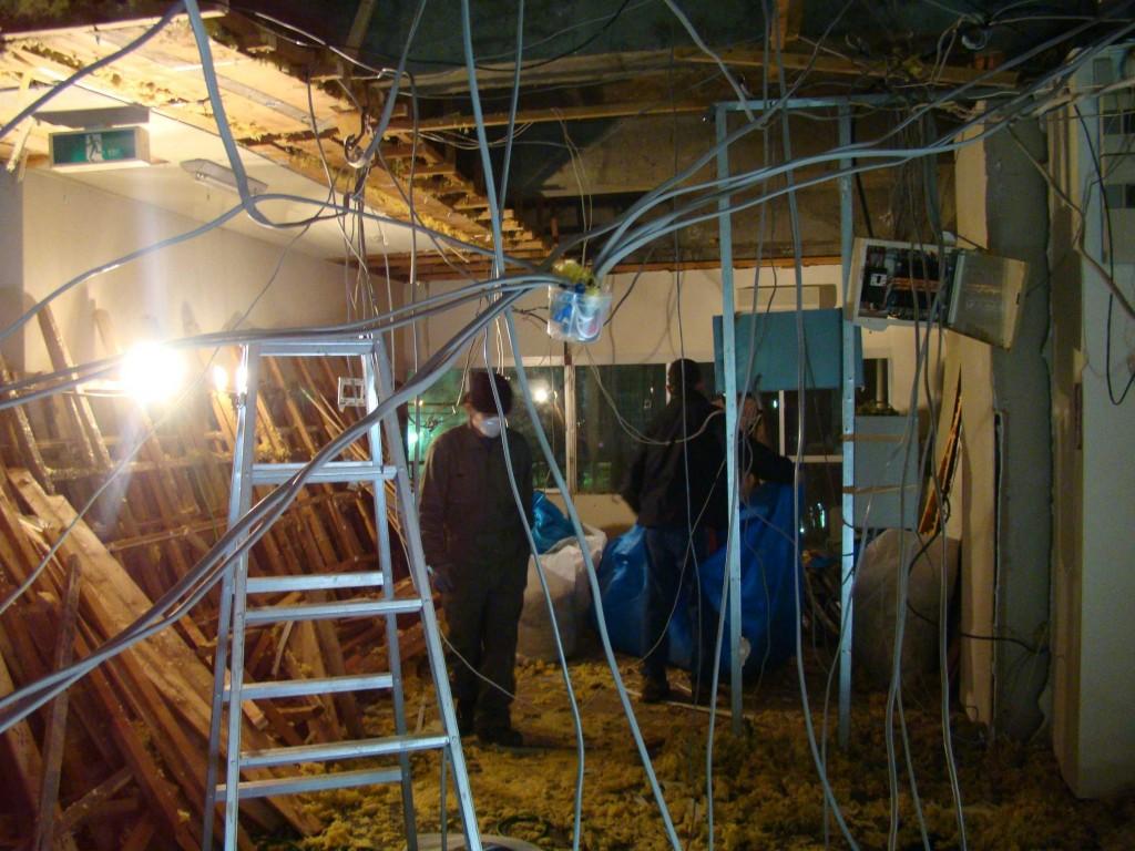 次は電気配線、クモの巣みたい