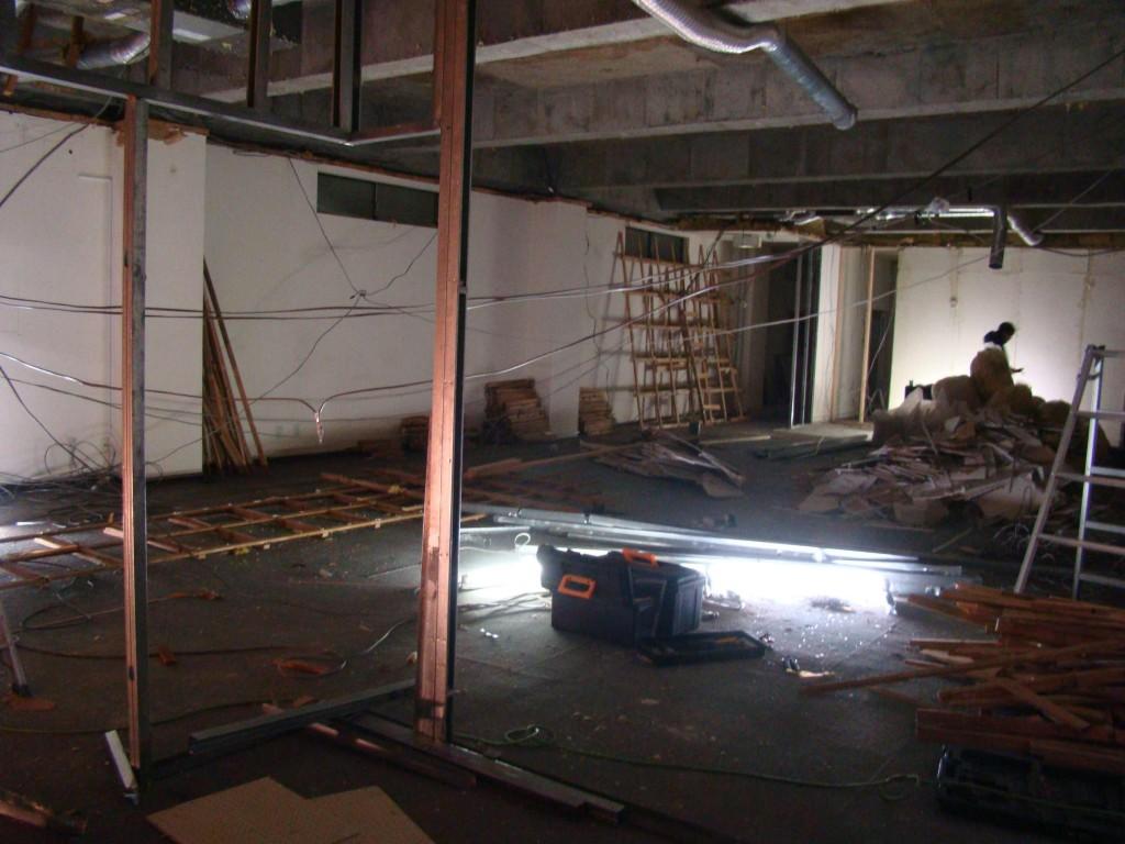 (右側)ブース裏の壁の下地もできてきた